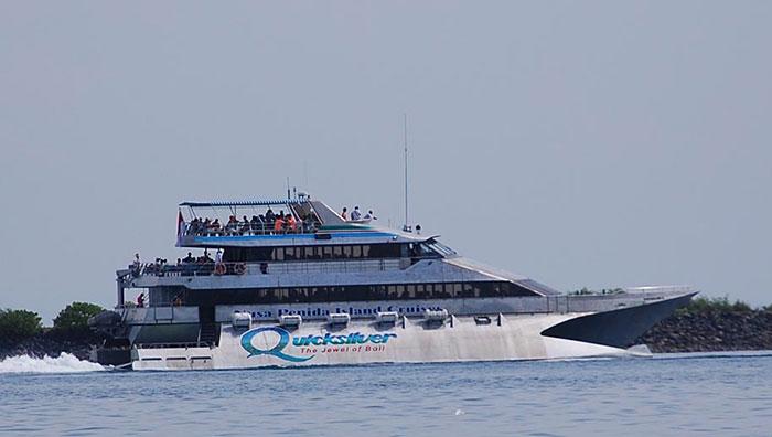 Kapal Quicksilver yang nantinya beralih rupa menjadi Punk Rock Boat. | Foto:  baligolfcourses.com